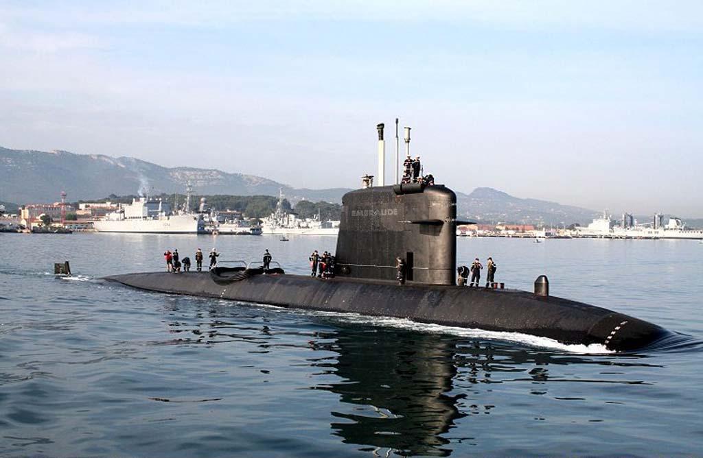 Le sous marin sna français l emeraude arrive sur les lieux de la